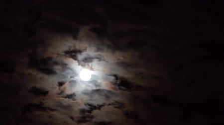 A realtime shot of the full moon on a cloudy night. Not computer generated. Dostupné videozáznamy
