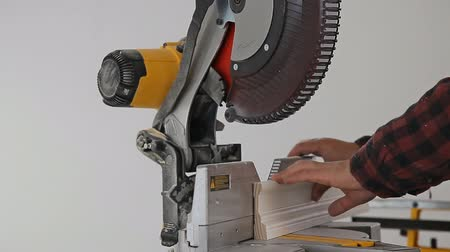 lití : Contractor Using Circular Saw Cutting Crown Moulding for Renovation. Dostupné videozáznamy