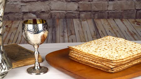 pascha : Still-life with wine and matzoh jewish passover bread Wideo