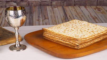 pascha : Pesach matzo passover with wine and matzoh jewish passover bread Wideo