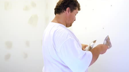 sıva : Painting worker puttied wall using a paint spatula Stok Video