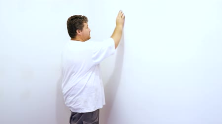 sıva : sanding the wall plaster between plaster panels on the wall
