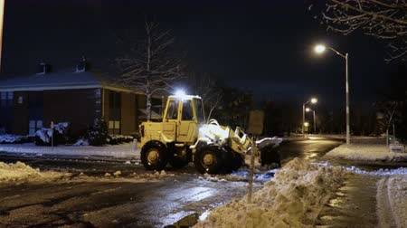 przeprowadzka : Tractor cleaning up the street after the night snowfall Wideo