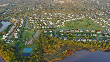 sektör : Panorama of early morning in the USA near the river. new homes near the water in the residential sleeping area sector Sunlights over buildings
