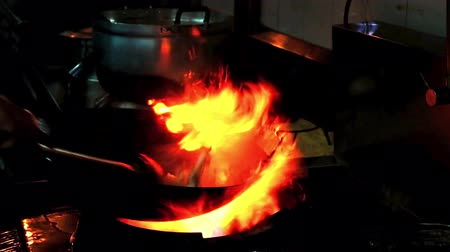 sporák : Chef stir food in restaurant kitchen at stove with pan doing flambe on food Dostupné videozáznamy