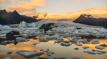 İskandinavya : Timelapse Glaciers flow through the evening in finland Stok Video