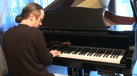 piyano : musician plays the piano Stok Video