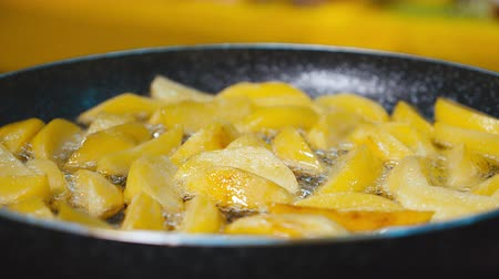 Potatoes Fried in oil. Cooking fried potatoes. Stok Video