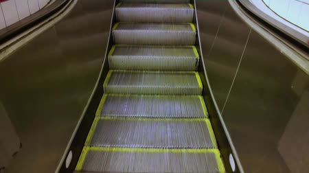 yırtık pırtık :  Old tatty escalators moving with loud noise Stok Video