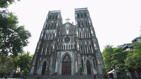 genuíno : Hanoi, Vietnam - 23rd October 2019: St Josephs cathedral in Hanoi, the large Roman Catholic structure in Vietnams capital Stock Footage