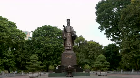 imperador : Hanoi, Vietnam - 22nd October 2019: Statue of King Le Thai To in Hanoi, Capital of Vietnam Stock Footage