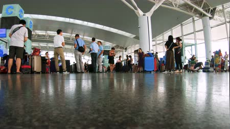genuíno : Hanoi, Vietnam - 23rd October 2019: Tourists in the departure lounge at Noi Bai Internation Airport, Hanoi, Vietnam
