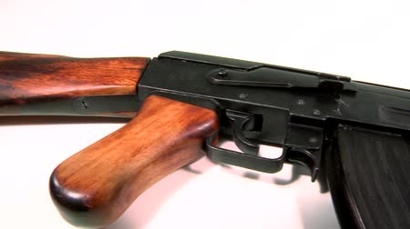 arma de fogo : AK 47 Kalashnikov 1947, beauty-shot on white background with a slow pan-shot from left to right, starting at its wooden stock ending at its barrel. Stock Footage