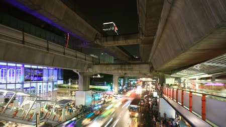 trabalhar fora : Bangkok downtown busy traffic, time lapse at night (blurred logo and people out of focus)