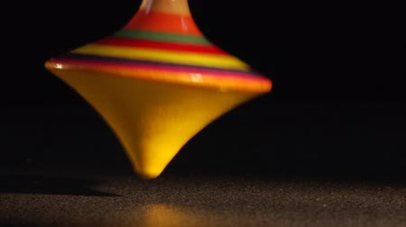 топ : spinning top in the dark