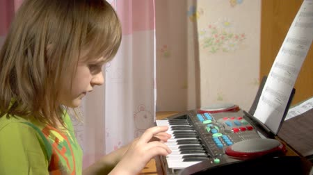 fortepian : child play at toy piano