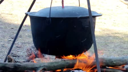 şenlik ateşi : black cauldron on campfire