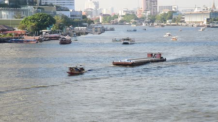 arrasto : BANGKOK, THAILAND - 13 MAR : Small boat carry concrete at Chao Phraya river on 13 March 2019 in Bangkok, Thailand