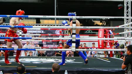 baixo ângulo : BANGKOK, THAILAND - 15 MAR : Unidentified kick boxing fighter fighting at boxing ring on 15 March 2019 in Bangkok, Thailand Stock Footage