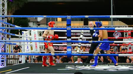 mais : BANGKOK, THAILAND - 15 MAR : Unidentified kick boxing fighter fighting at boxing ring on 15 March 2019 in Bangkok, Thailand Stock Footage