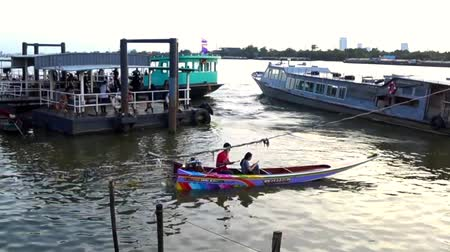 BANGKOK, THAILAND - 11 JULY : Thai long tail ferry boat at Chao Phraya river on 11 July 2019 in Bangkok, Thailand Vídeos