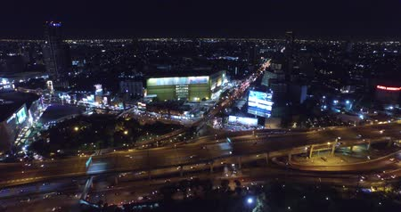 encruzilhada : Aerial Top View Bangkok Night Traffic Street Lights Ascent Zoom Out