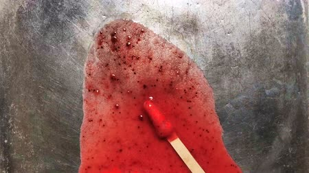 alumínium : Melting red strawberry Popcicle icecicle sorbet ice cream bar on stainless steel background - Melting ice cream footage Stock mozgókép