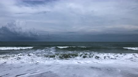 monção : Sea waves hit tropical sand beach with cloudy dark sky before monsoon storm in rainy season