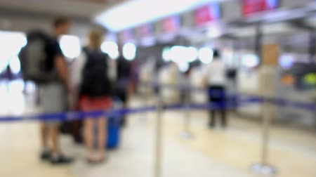 чемодан : Panning shot with blurred passengers queued up to check in or luggage airport the airport, blur background