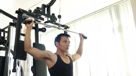 cursus : Athletic man doing exercise in sport gym Stockvideo