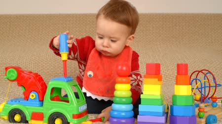 zabawka : Child playing toy truck