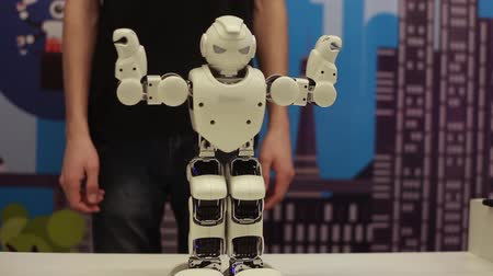 demonstrar : Modern robotic technologies. The robot moves his hands. Artificial intelligence.