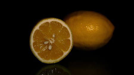 dilimleri : Juicy lemons on a dark background. HD