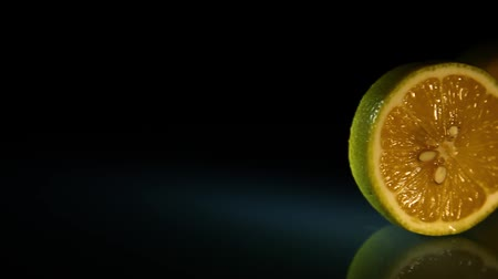 cítrico : Juicy lemons appear on a dark background.