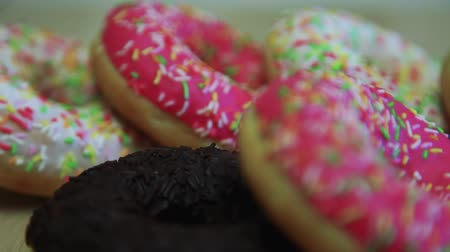 engorda : Assorted donuts are on the table