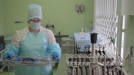 csipesz : Woman medical worker prepares endoscopic innovative instruments for sterilization Stock mozgókép