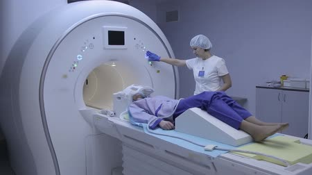 mıknatıs : The doctor examines the patients health with magnetic resonance imaging