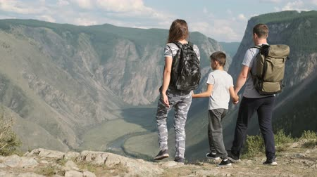 wspinaczka : Happy family come to the peak of the mountain and look forward. Wideo