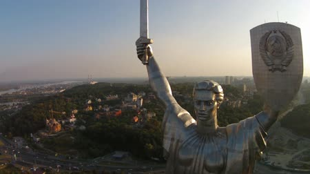 paslanmaz : The Motherland Monument  or, and more commonly referred to as, Rodina-Mat is a monumental statue in Kiev, Ukraine. The stainless steel statue stands 62 m (203 ft) tall upon the museum building with the overall structure measuring 102 m (335 ft)