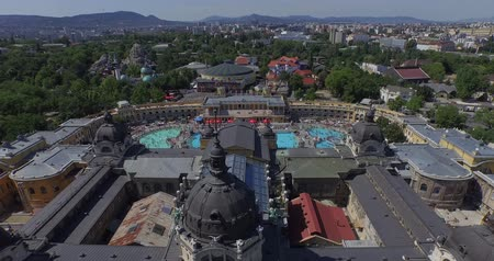 cálcio : Open air bath and spa in Budapest, Hungary AERIAL Its the largest medicinal bath in Europe. Its water is supplied by two thermal springs.