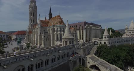 budapeste : The Matthias Church and the Fishermens Bastion AERIAL Matthias Church is a Roman Catholic church located in Budapest, Hungary, in front of the Fishermans Bastion at the heart of Budas Castle District. Very beautiful and picturesque place.