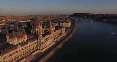 margem do rio : High quality aerial footage of Hungarian Parliament Building in gothic style. The Hungarian Parliament Building one of Europes oldest legislative buildings, a notable landmark of Hungary and a popular tourist destination of Budapest. It lies on the bank  Stock Footage