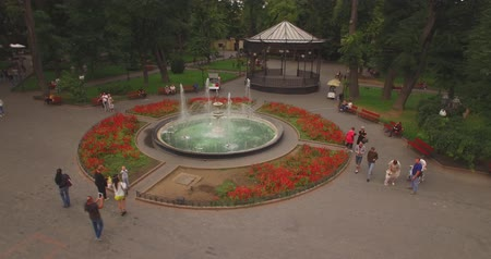 szökőkút : Round fountain in city garden. Top view from the drone Stock mozgókép