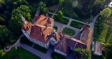 dom : Shenborn Castle is a romantic mansion, located in the West Transcarpathian region in Ukraine. It is one of the most beautiful monuments of the 19th century and the whole castle is surrounded by a picturesque park, a nice little lake.