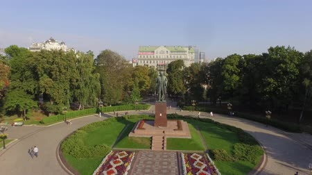 prominent : Green central park with the T.Shevchenko monument in Kiev. Aerial view. A pleasant green park perfectly decorated with flowers and trees. In the middle of the park you see a monument to Taras Shevchenko who may be the greatest poet of Ukraine Stock Footage