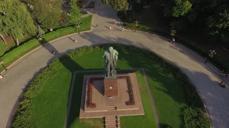 poeta : Green central park with the T.Shevchenko monument in Kiev. Aerial view. A pleasant green park perfectly decorated with flowers and trees. In the middle of the park you see a monument to Taras Shevchenko who may be the greatest poet of Ukraine Vídeos