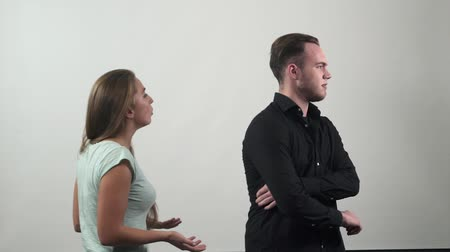 bojování : Conflict between man and women, couple fighting. Slow motion. Emotional conversation on white background