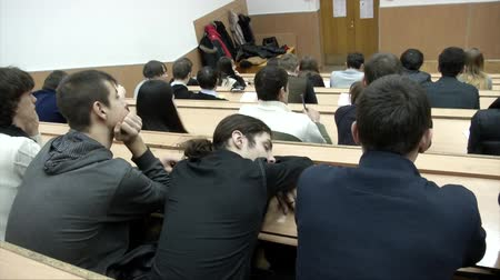 лекция : Student sleeps at the lecture in university. Students sitting inside a lecture hall Стоковые видеозаписи
