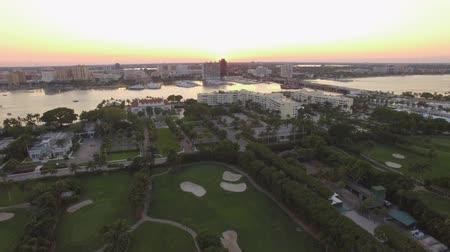 элита : Aerial footage. Sunset time. Flying above golf field at West Palm Beach. Florida 4K video Стоковые видеозаписи