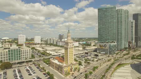 Майами : Aerial View of Downtown Miami. Cloudy and sunny day. Florida, USA. Aerial view from bay Стоковые видеозаписи